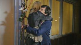Mężczyzna z balonami i róże spotykamy jego żony od piękno salonu zbiory