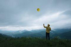 Mężczyzna z balonem Obraz Royalty Free