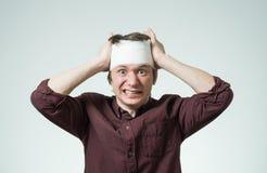 Mężczyzna z bandażem na jego głowie Zdjęcia Stock