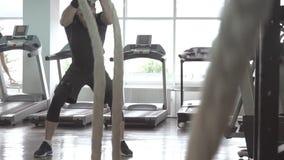 Mężczyzna z batalistyczną arkaną w czynnościowym stażowym sprawności fizycznej gym zbiory