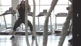 Mężczyzna z batalistyczną arkaną w czynnościowym stażowym sprawności fizycznej gym zdjęcie wideo