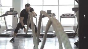 Mężczyzna z batalistyczną arkaną w czynnościowym stażowym sprawności fizycznej gym zbiory wideo