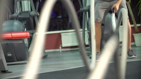 Mężczyzna z batalistyczną arkaną w czynnościowym stażowym sprawności fizycznej gym młody śliczny model zbiory