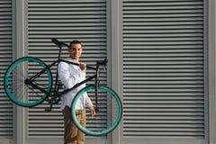 Mężczyzna z bicyklem Zdjęcie Royalty Free