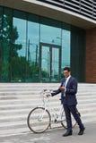 Mężczyzna z bicyklem i telefonem komórkowym Fotografia Royalty Free