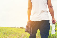 Mężczyzna z bidonem i ręcznikiem w jego tło widoku ręki i natury 01 Zdjęcie Royalty Free
