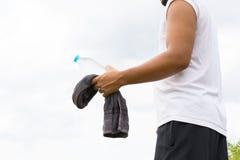 Mężczyzna z bidonem i ręcznikiem w jego tło widoku ręki i natury 01 Obrazy Stock