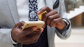 Mężczyzna z bitcoin i telefonem komórkowym, zamyka up ręki z BTC cryptocurrency smartphone i monetą zbiory