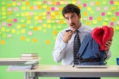Mężczyzna z bokserskimi rękawiczkami w biurze z wiele sprzeczny przeor zdjęcia stock