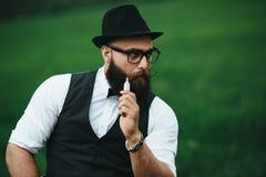Mężczyzna z brodą dymi elektronicznego papieros obraz royalty free