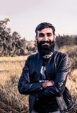 Mężczyzna z brodą R Długo i będący ubranym kurtkę zdjęcia stock