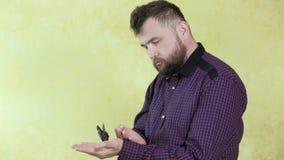 Mężczyzna z brodą trzyma motyla 4k zbiory