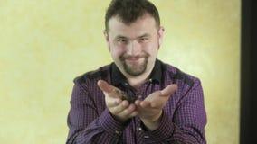 Mężczyzna z brodą trzyma motyla 4k zdjęcie wideo