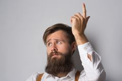 Mężczyzna z brodą w białych suspenders i koszula obraz royalty free