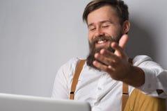 Mężczyzna z brodą w białych suspenders i koszula obrazy royalty free