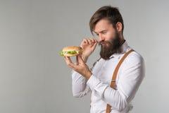 Mężczyzna z brodą w białych suspenders i koszula fotografia royalty free