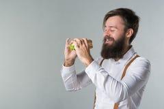Mężczyzna z brodą w białych suspenders i koszula obraz stock