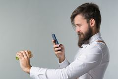 Mężczyzna z brodą w białych suspenders i koszula zdjęcie stock