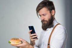 Mężczyzna z brodą w białych suspenders i koszula obrazy stock
