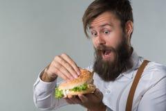Mężczyzna z brodą w białych suspenders i koszula fotografia stock