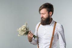 Mężczyzna z brodą w białych suspenders i koszula zdjęcie royalty free