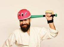 Mężczyzna z brodą w kimonie i menchia hełm na białym tle MMA bawi się pojęcie Bojowy mistrz dostaje gotowym walczyć obrazy royalty free