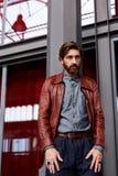 Mężczyzna z brodą w muzeum sztuka współczesna Zdjęcia Royalty Free