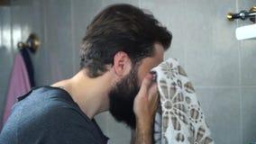 Mężczyzna z brodą wyciera jego twarz Kąpanie czasu pojęcie zbiory wideo