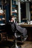 Mężczyzna z broda klientem modnisia zakład fryzjerski Modniś z brodą czeka fryzjera męskiego i ostrzyżenia Mężczyzna z brodą zakr obrazy royalty free