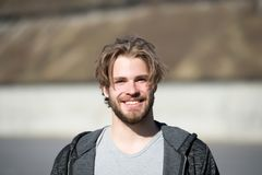 Mężczyzna z brodaty twarzy i blondynu ostrzyżenia szczęśliwy ono uśmiecha się obrazy stock
