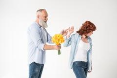 Mężczyzna z bukietem i zawodząca żona Fotografia Royalty Free