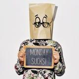 Mężczyzna z chalkboard z tekstem Poniedziałek ssa zdjęcie stock