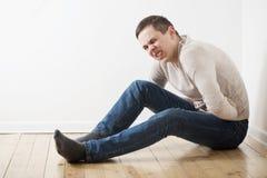 mężczyzna z chorym żołądkiem zdjęcia stock