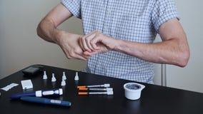 Mężczyzna z cukrzycami przygotowywa jego skórę dla use czujnik zbiory