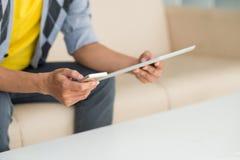 Mężczyzna z cyfrową pastylką i smartphone zdjęcia royalty free
