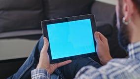 Mężczyzna z Cyfrowej pastylką z Błękitnym ekranem zdjęcie wideo