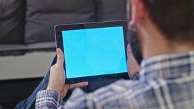 Mężczyzna z Cyfrowej pastylką z Błękitnym ekranem zbiory