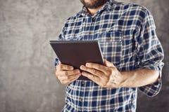 Mężczyzna z cyfrowym pastylka komputerem Zdjęcia Royalty Free