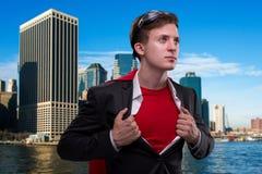 Mężczyzna z czerwieni pokrywą w super bohatera pojęciu obrazy royalty free