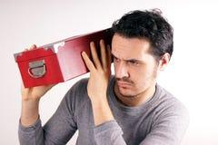 Mężczyzna z czerwieni pudełkiem Fotografia Royalty Free