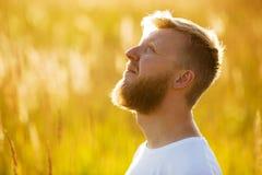Mężczyzna z czerwoną brodą patrzeje up Obraz Stock