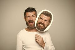 Mężczyzna z długą brodą na mrugać i gniewny twarzy nameplate obrazy stock