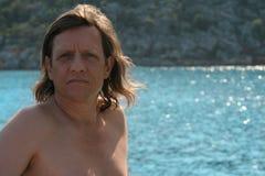 Mężczyzna z długie włosy na morzu