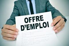 Mężczyzna z dokumentem z tekstów offres d'emploi, pracy w frenc Obraz Stock