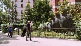 Mężczyzna z dzieckiem patrzeje postać dinosaur w ogródzie botanicznym w Paryż zdjęcie wideo