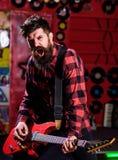 Mężczyzna z entuzjastyczną twarzą trzyma gitarę, śpiewacka piosenka, sztuki muzyka, obraz royalty free