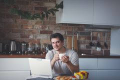 Mężczyzna z filiżanką herbata, kawa lub laptop zdjęcie stock