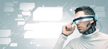 Mężczyzna z futurystycznymi 3d szkłami i czujnikami Obrazy Stock