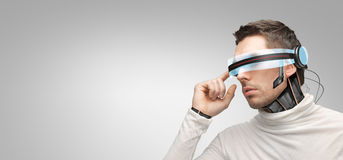 Mężczyzna z futurystycznymi 3d szkłami i czujnikami ilustracja wektor