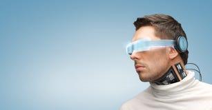 Mężczyzna z futurystycznymi szkłami i czujnikami obraz royalty free